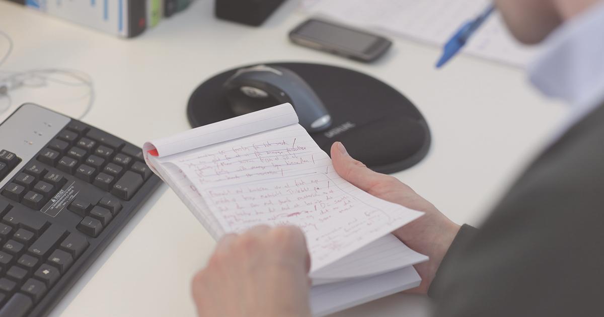 Hænder med notesbog